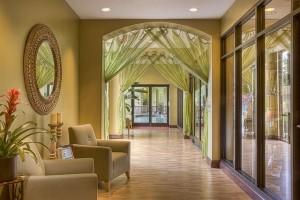 Elegante Hotellobby mit Aufenthaltsmöglichkeiten in einem Luxushotel